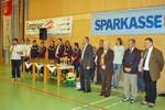 Die ÖBSV-Präsidentin flankiert von den Schiedsrichtern und lokaler Prominenz.