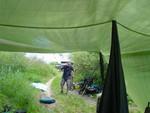 Ankunft, auspacken und Suche nach geeigneten Zeltplätzen.